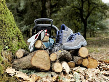 Ботинки, перчатки и изумлённые взгляды безопасности для безопасного использования цепной пилы Стоковые Изображения RF