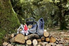 Ботинки, перчатки и изумлённые взгляды безопасности для безопасного использования цепной пилы Стоковое Фото