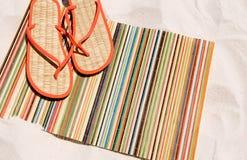 ботинки песка циновки пляжа Стоковые Изображения RF