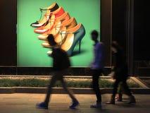 Ботинки рекламируя в улице Стоковое Фото