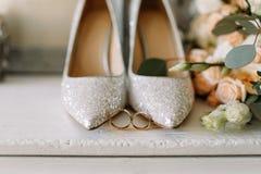 Ботинки свадьбы и личное имущество свадьбы, кольца золота свадьбы, букет свадьбы Стоковые Изображения