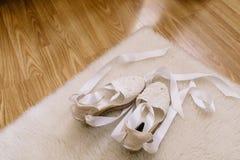 Ботинки свадьбы пальца ноги белизны открытые украшенные с кристаллами Стоковая Фотография