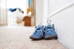 Ботинки сини младенца на ковре Стоковые Фотографии RF