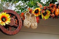 Ботинки, солнцецветы и колесо Ast как украшение осени для ` осени Москвы ` фестиваля улицы Стоковое Фото