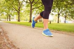 Ботинки спорта женщины нося бежать в парке Стоковое Фото