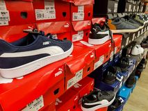 Ботинки спорта пумы в строке на местном магазине стоковое изображение rf
