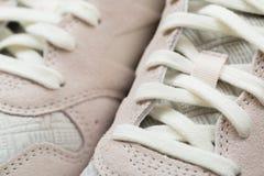 Ботинки спорта с белыми шнурками стоковое изображение rf