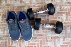 Ботинки спорта людей с гантелями Стоковые Фото