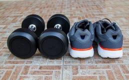 Ботинки спорта людей с гантелями Стоковое Фото