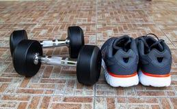 Ботинки спорта людей с гантелями Стоковое Изображение