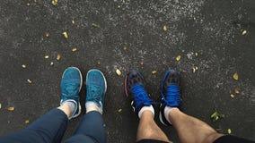 Ботинки спорт человека и женщины нося Стоковая Фотография RF