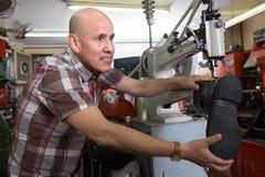 Ботинки старшего рабочего класса шить кожаные на токарном станке стежком Стоковые Изображения