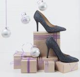 Ботинки стоят на покупках рождества на таблице Стоковое фото RF