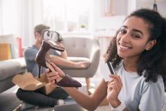 Ботинки счастливой приятной женщины покупая Стоковое Фото