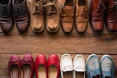 ботинки с стилями на деревянном поле - жизнью людей и женщин различными Стоковое Изображение RF