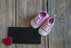 ботинки тапок на деревенской деревянной предпосылке с открытым космосом Стоковая Фотография