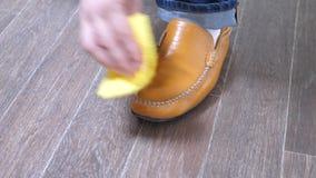 Ботинки человека сияющие с ветошью сток-видео