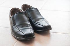 Ботинки человека на плитках Стоковое Изображение RF
