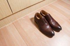 Ботинки людей кожи Брайна на деревянной земле Стоковое Фото