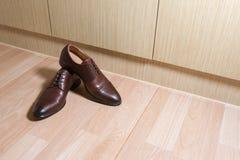 Ботинки людей кожи Брайна на деревянной земле Стоковая Фотография