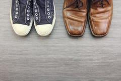 Ботинки людей, различный стиль моды, сравнивают официально и вскользь стиля моды людей Стоковое фото RF