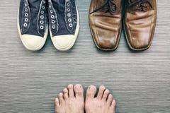 Ботинки людей, различный стиль моды, сравнивают официально и вскользь стиля моды людей Стоковое Изображение RF