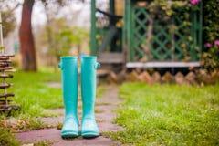 Ботинки яркой мяты резиновые в лете сада Стоковое Изображение