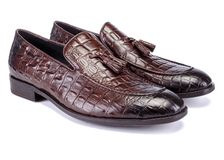 Ботинки Oxfords темных коричневых людей от кожи крокодила стоковые фотографии rf