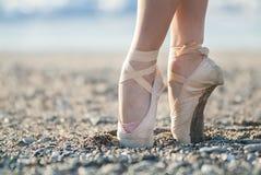 Ботинки Pointe на пляже Стоковое Изображение