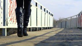 Ботинки ` s женщин на дороге акции видеоматериалы