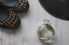 Ботинки ` s женщин, perfumeand часть большой плиты винила Стоковое Фото