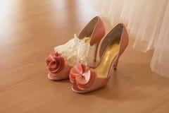 Ботинки ` s невесты стоят на поле около платья свадьбы Стоковые Изображения RF
