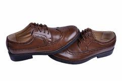 Ботинки ` s людей классические коричневые кожаные изолированные на белой предпосылке Стоковые Изображения