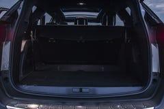 Ботинок автомобиля семейного автомобиля пустой с космосом багажа доступным стоковое фото