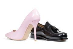 Ботинок ботинка человека и пятки розовых женщин Стоковые Фотографии RF