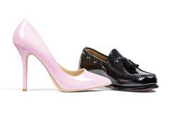 Ботинок ботинка человека и пятки розовых женщин Стоковое Изображение RF