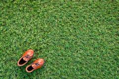 Ботинок игрушки кожаный на поле травы Стоковое Изображение
