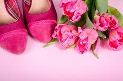 Ботинок и тюльпаны высокой пятки дам розовый Предпосылка женщины с космосом экземпляра, символом для женщины, влюбленностью конце Стоковая Фотография