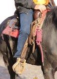 Ботинок ковбоя в стремени лошади во время езды Стоковые Фото