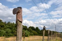 Ботинок ковбоя на столбе загородки Стоковое Фото