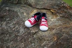 Ботинок младенца на утесе Стоковые Фотографии RF
