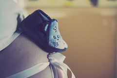 Ботинок младенца на tummy матери Стоковые Изображения
