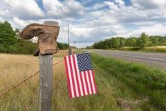 Ботинок на столбе загородки с американским флагом Стоковое фото RF
