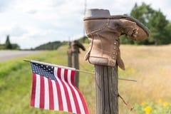 Ботинок на столбе загородки с американским флагом Стоковая Фотография RF