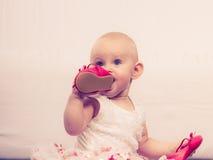 Ботинок ребёнка сдерживая стоковая фотография rf