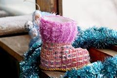 Ботинок рождества игрушки на окне Стоковое фото RF