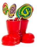 Ботинок Санта Клауса красный, ботинок с покрашенными сладостными леденцами на палочке, candys Ботинок St Nicholas с подарками нас Стоковые Фотографии RF