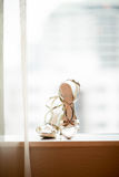 Ботинок серебра высокой пятки невесты стоковое изображение