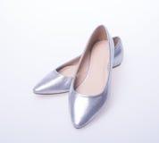 ботинок Серебряные ботинки женщины моды цвета на предпосылке Стоковые Фото