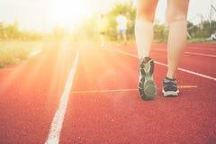 Ботинок спорта носки женщины дальше, который нужно побежать в идущей предпосылке суда стоковые изображения rf